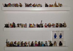 Minifiguren auf Miniregalen